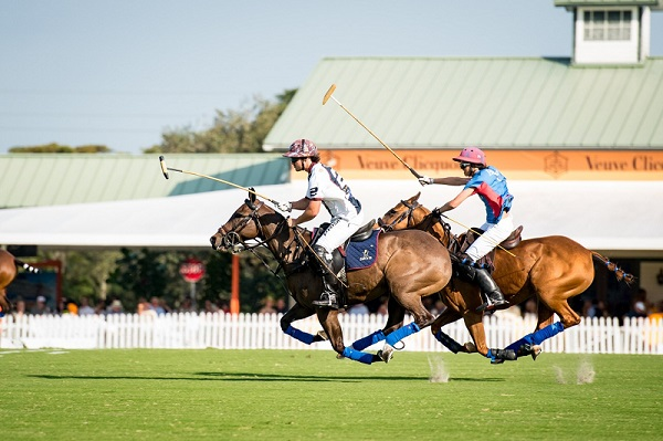 Palm Beach jugadorde la Temporada Internacional de Polo en acción