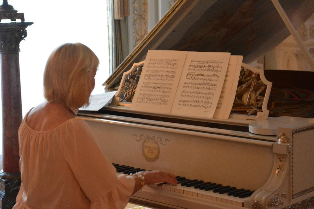 Pianist spielt den Steinway in Drawing Zimmer at The Flagler Museum