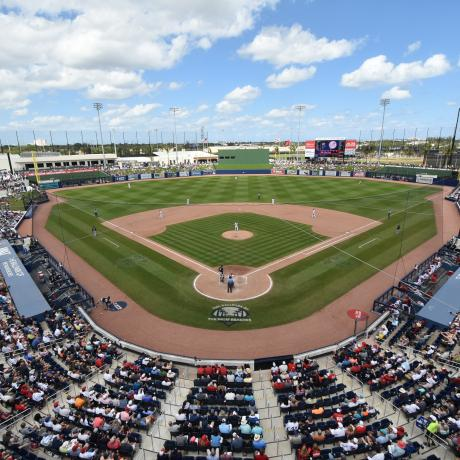 Imagen de detrás del home plate en el Fitteam Ball Park de The Palm Beaches