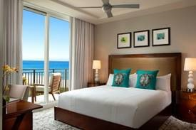 Foto de la suite con almohadas de tortugas marinas impresas, cortesía de la Palm Beach Marriott Singer Island Beach Resort & Spa