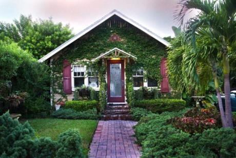 Cottages of Lake Worth - Flower garden front